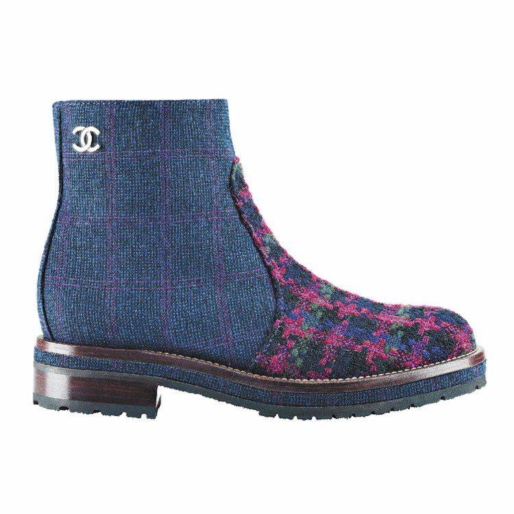 海軍藍軟呢拼接格紋軟呢短靴,41,600元。圖/CHANEL提供