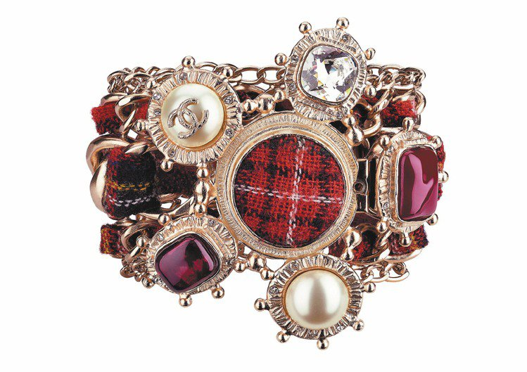 紅色蘇格蘭格紋寬手環,44,400元。圖/CHANEL提供
