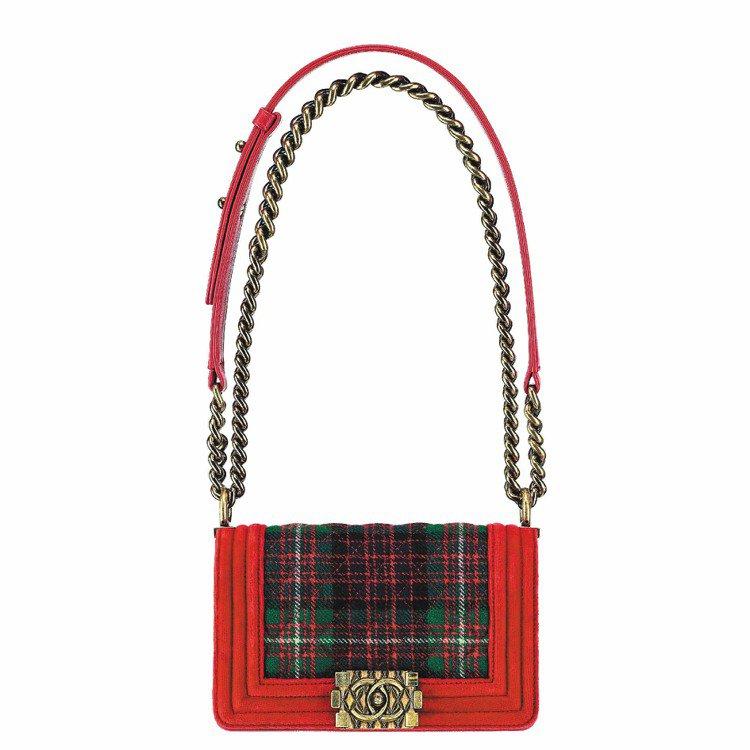紅色蘇格蘭格紋BOY CHANEL包,105,500元。圖/CHANEL提供