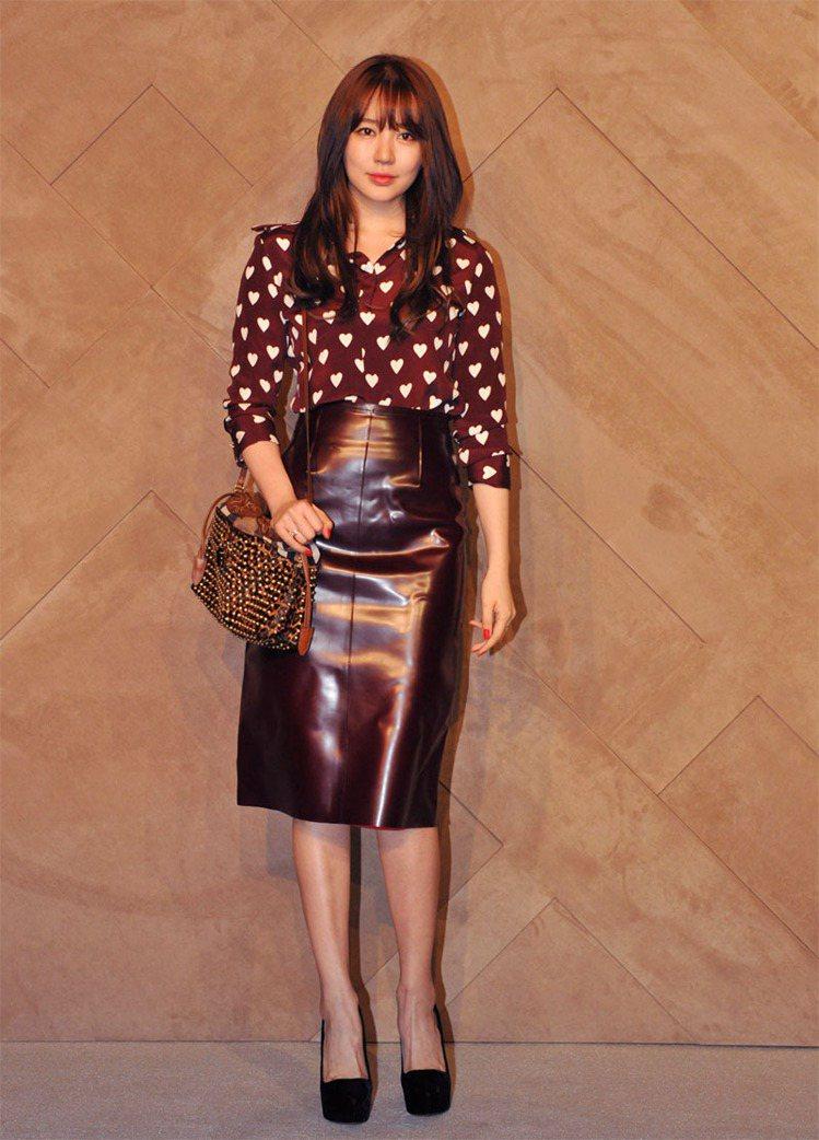 尹恩惠穿BURBERRY春夏愛心襯衫搭配皮裙。圖/BURBERRY提供