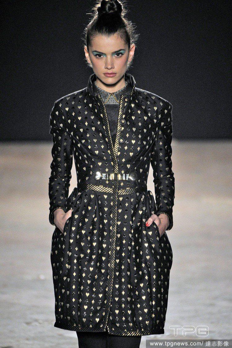 Aquilano Rimondi 將愛心融入金屬材質變成深色大衣上的圖騰,顯得非...