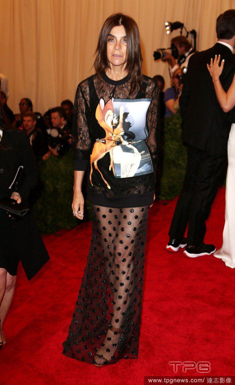 時尚總編輯Carine Roitfeld 5月份時也穿GIVENCHY斑比衣出席...