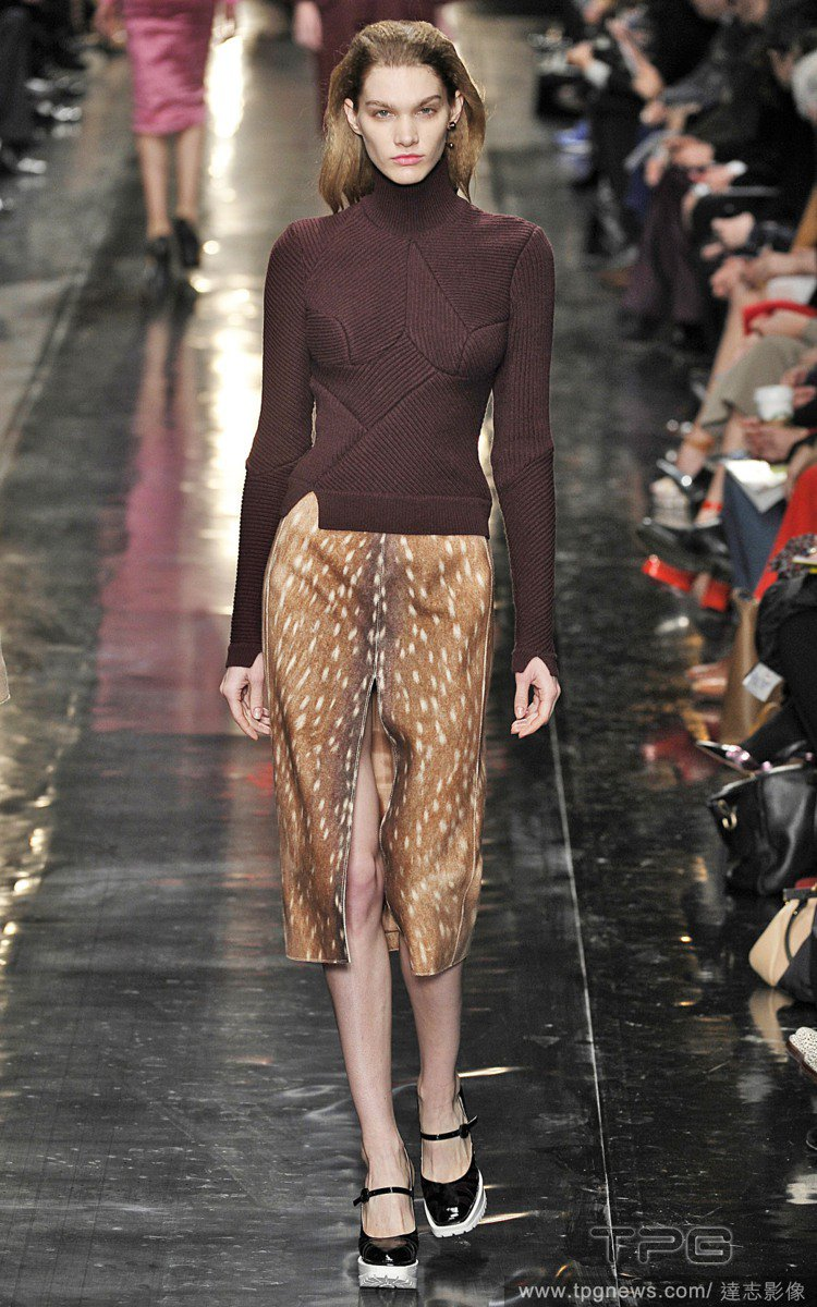 Carven 使用了鹿紋元素,打造高叉窄裙與大衣,在秋冬總是一片豹紋、蛇紋、鱷魚...