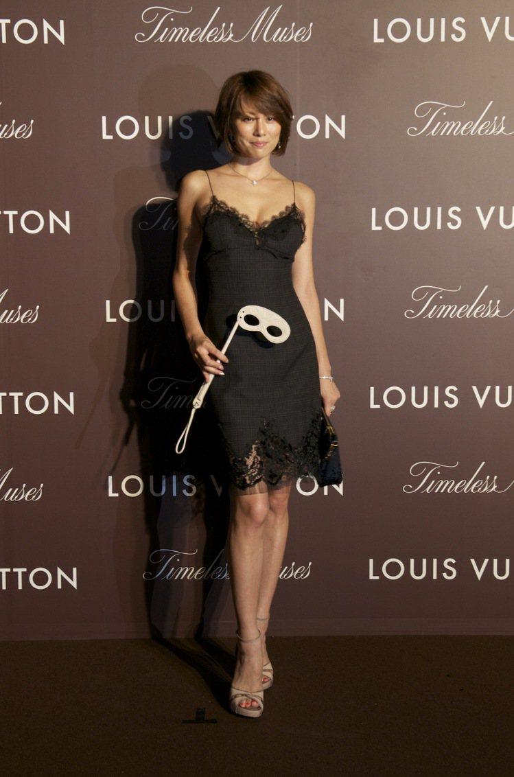 日本女星米倉涼子穿LV秋冬黑色蕾絲洋裝現身東京。圖/LV提供