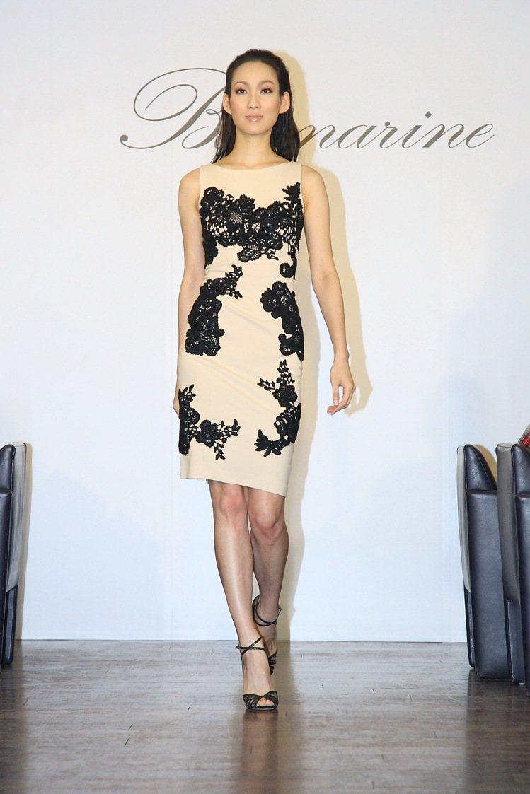 李曉涵Blumarine 蕾絲洋裝,59,800元。圖/藍鐘提供