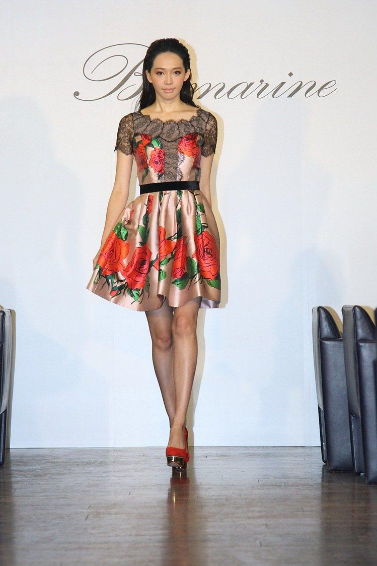 王心恬穿Blumarine 蕾絲拼接玫瑰洋裝,89,800元。圖/藍鐘提供
