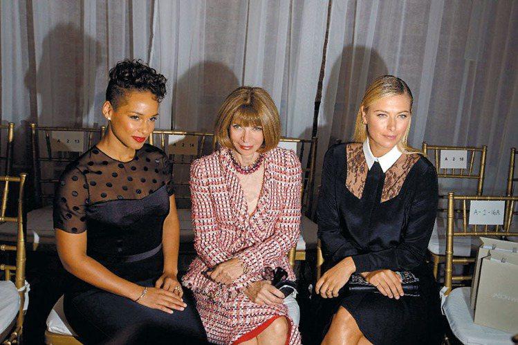 歌手Alicia Keys(左起)、美版VOGUE總編輯安娜溫圖與莎拉波娃現身吳...