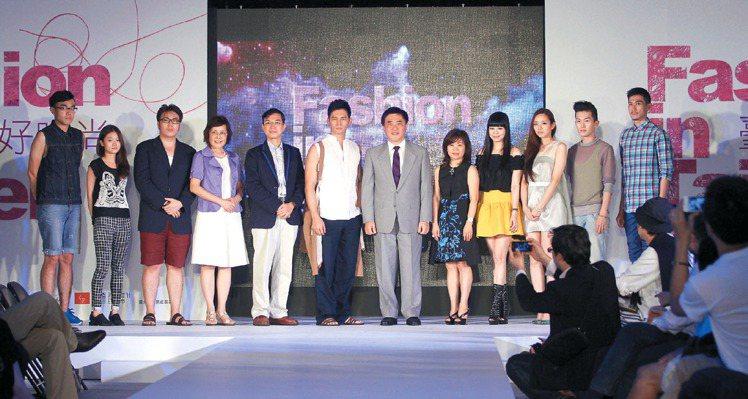 台北市政府舉辦台北好時尚動態時尚秀,讓29位新秀設計師展現創新作品。台北市長郝龍...