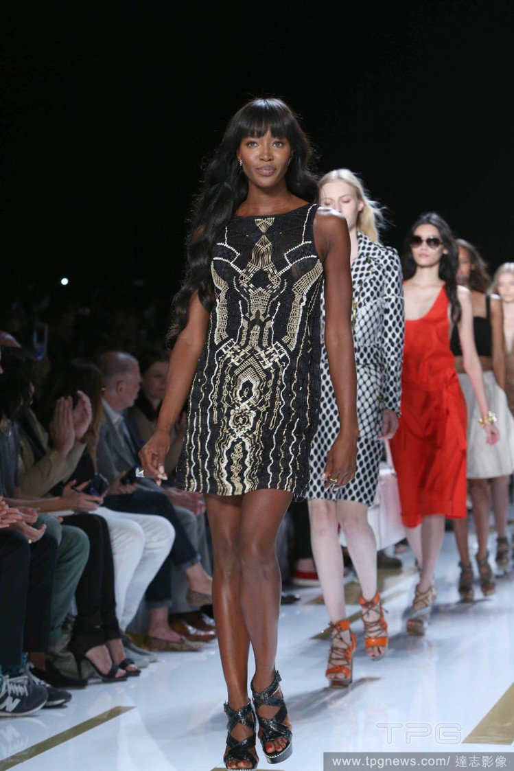 DVF春夏以沙漠與綠洲為主題,娜歐蜜坎貝爾以一襲黑底金色珠繡圖騰短洋裝亮相,帶有...
