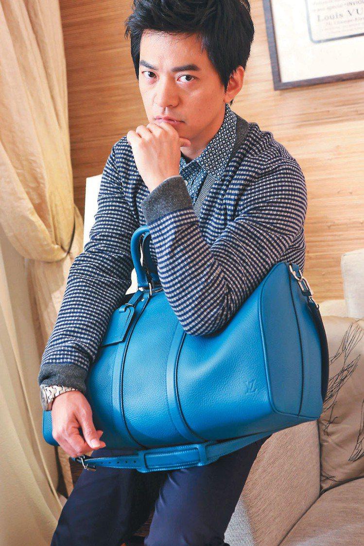 李健穿了LV灰藍色格紋開襟衫43,000元、印花襯衫31,300元、長褲24,9...