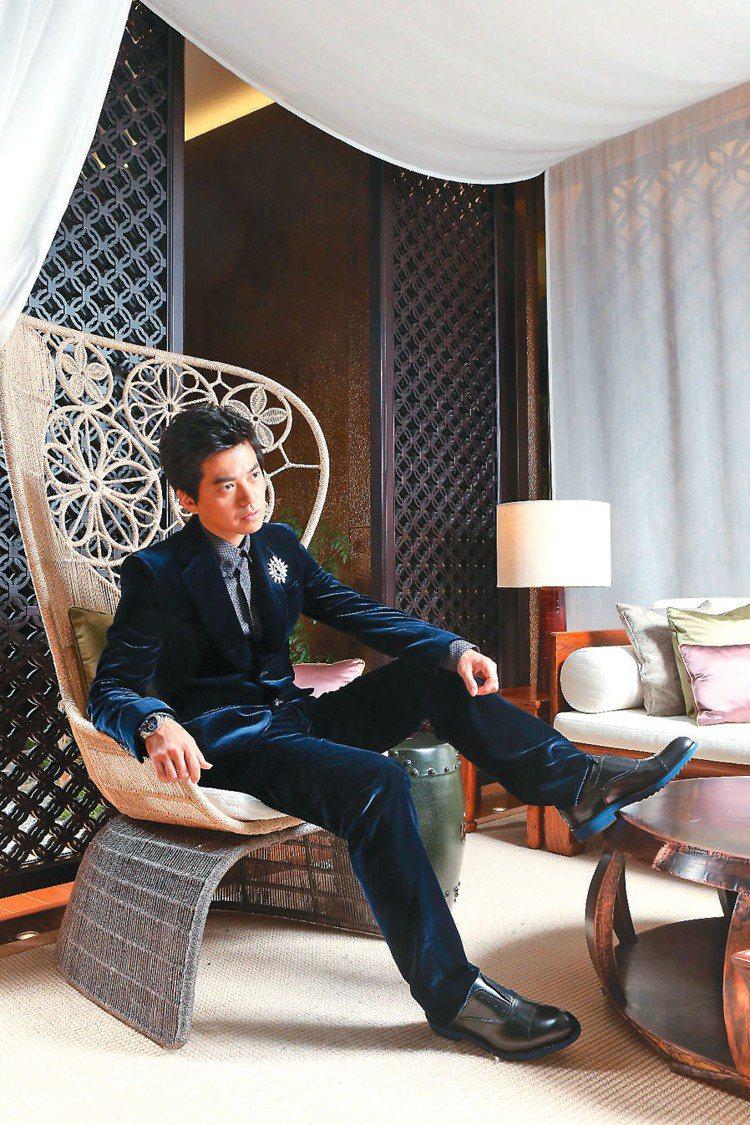 李健穿LV午夜藍絲絨西裝外套69,000元、西裝褲29,200元、印花襯衫34,...