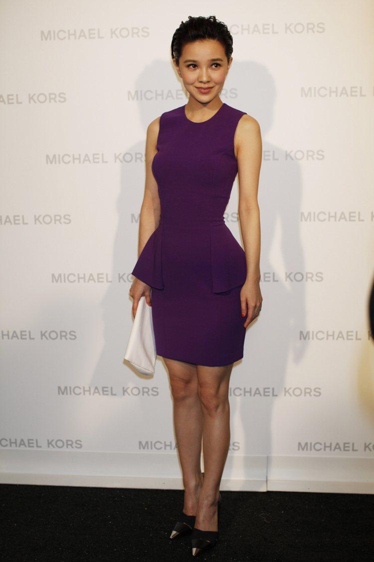郭采潔一身Michael Kors 葡萄紫洋裝,曲線畢露。圖/Michael K...