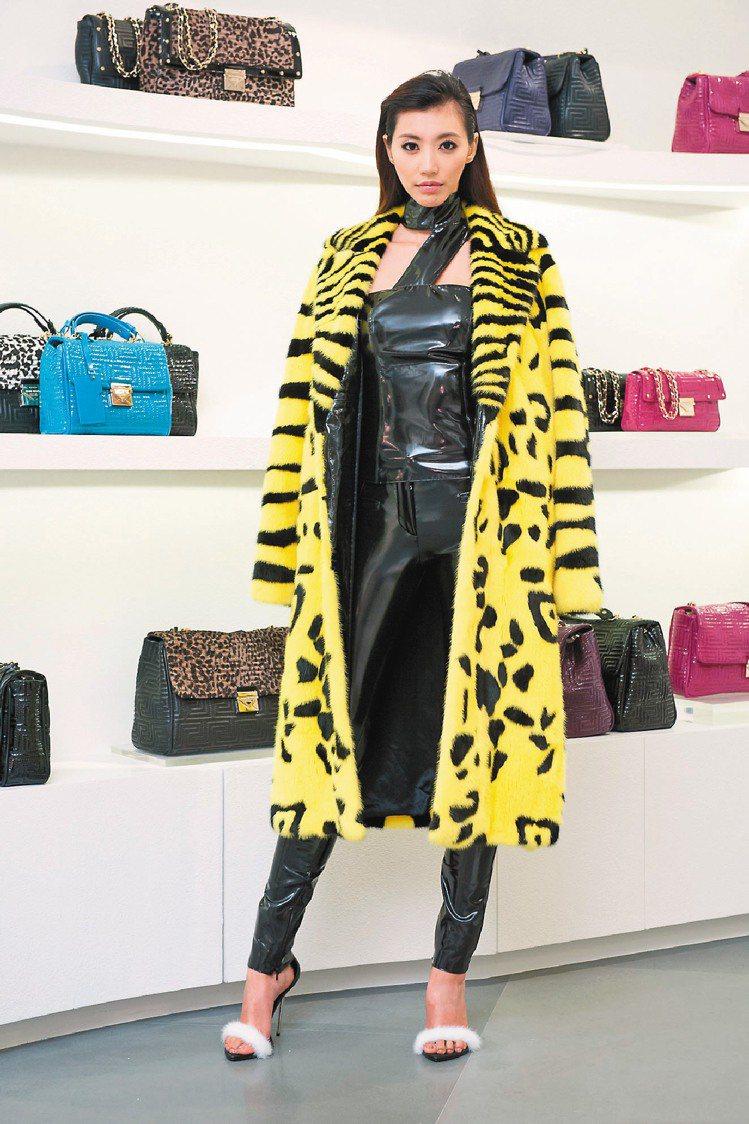 VERSACE虎紋皮草大衣,價格逾120萬。圖/VERSACE提供