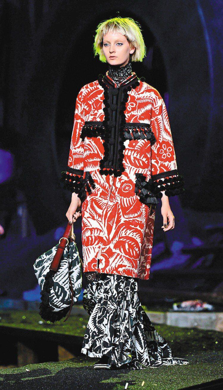 Marc Jacobs新裝以誇張手法重新詮釋維多利亞風格。圖/法新社