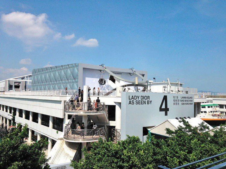 Dior包下香港中環4號碼頭,即日起至9月23日舉辦「LADY DIOR AS ...