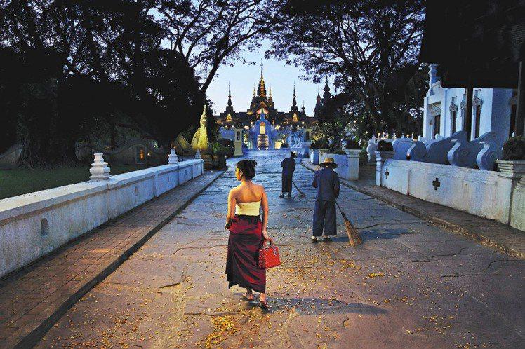 國際知名攝影家Steve McCurry,利用泰國傳統文化與Lady Dior相...