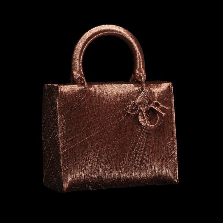 英法籍藝術家Alice Anderson以銅線纏繞包款,象徵如同製作木乃伊的過程...