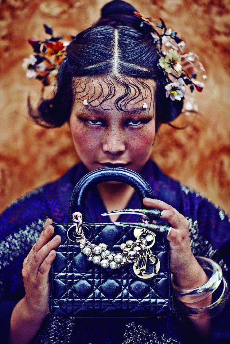 大陸攝影師陳漫將大陸傳統民族、與Lady Dior呈現衝突美感。圖/Dior提供