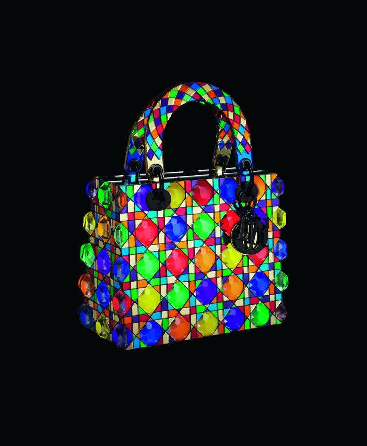 日本藝術家鬼頭健吾以彷彿馬賽克拼貼,賦予包款新生命。圖/Dior提供