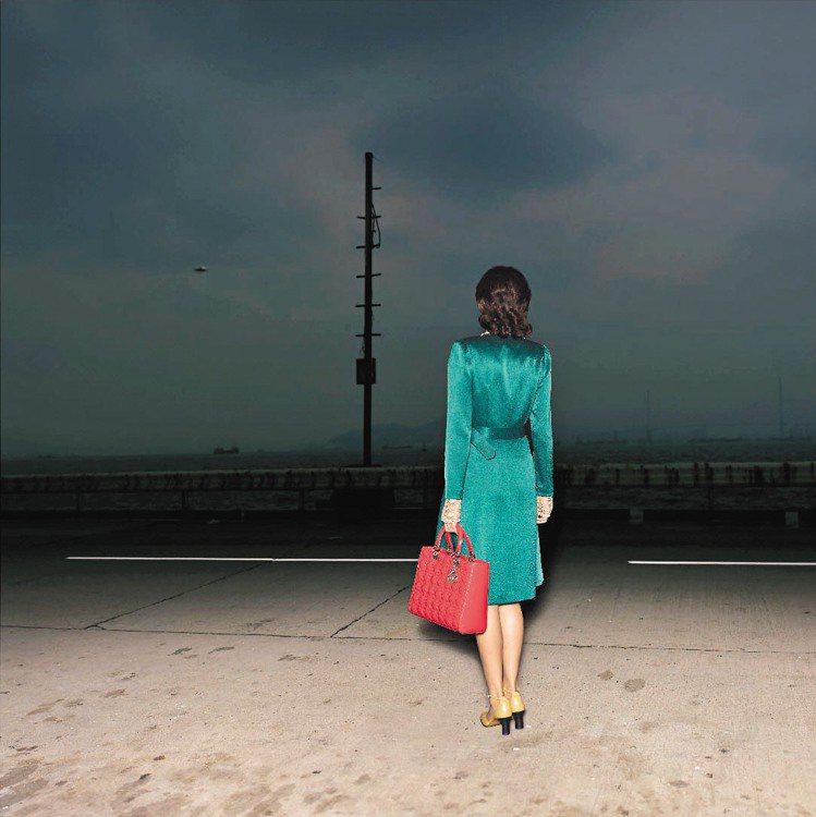 大陸攝影家時曉凡拍出女人與Lady Dior的孤寂感。圖/Dior提供
