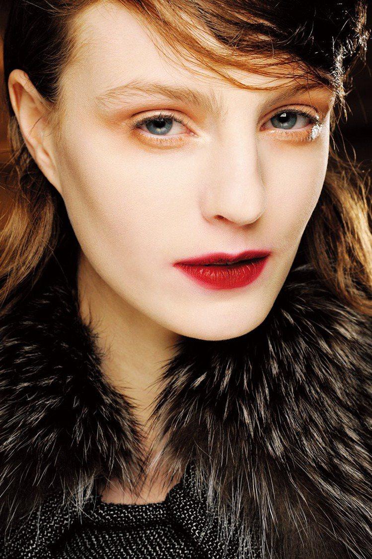 今年的唇型非常極端,不是線條明顯,就是毫無線條!唇色則繼續延續春夏艷唇風格,但顏...