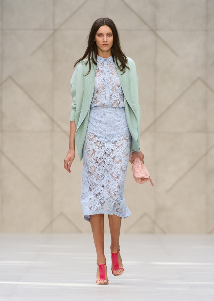 在新生代模特兒 Matilda Lowther 身穿蘋果綠搭粉藍套裝look帶領...