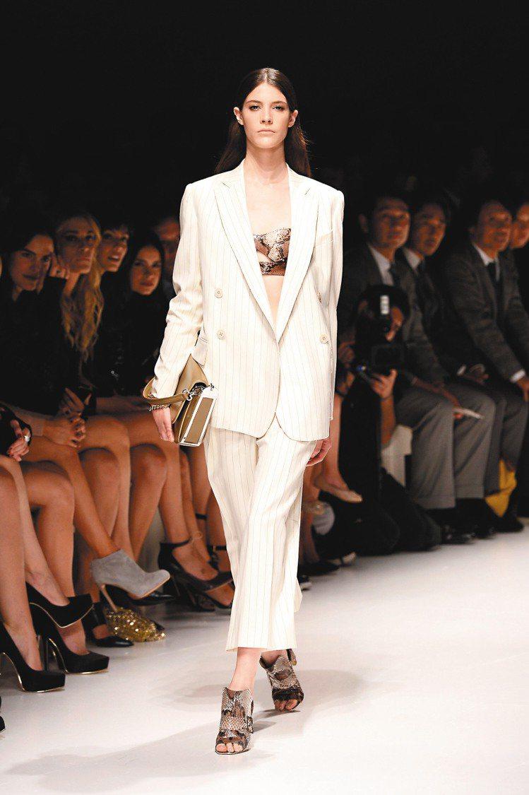 Ferragamo明年春夏新裝強調剛強與柔美的碰撞。圖/Ferragamo提供