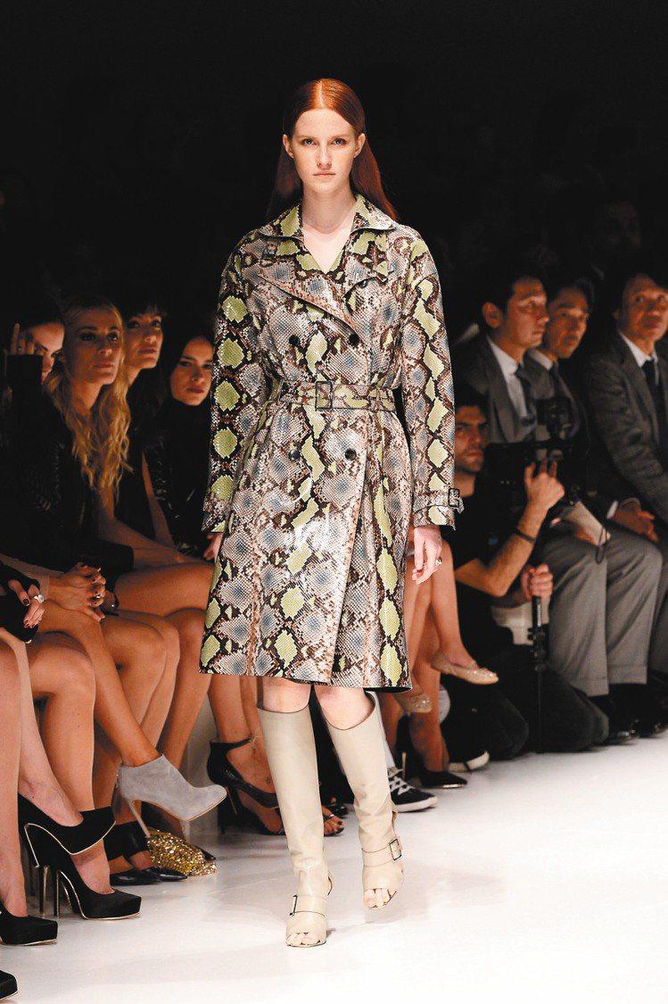 Ferragamo明年春夏新裝以亮眼的蟒蛇皮外套最吸睛。圖/Ferragamo提...