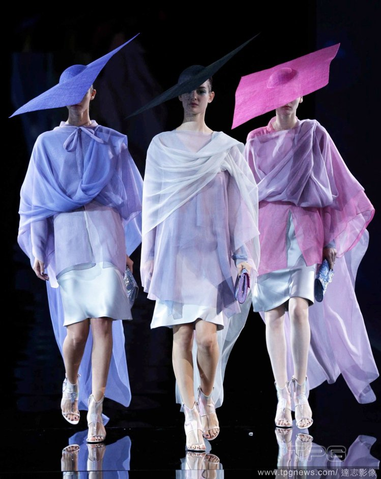 帶點幾何、日式風格,以及高級訂製服般的誇張感,混搭五顏六色的妝容和配件們, Gi...