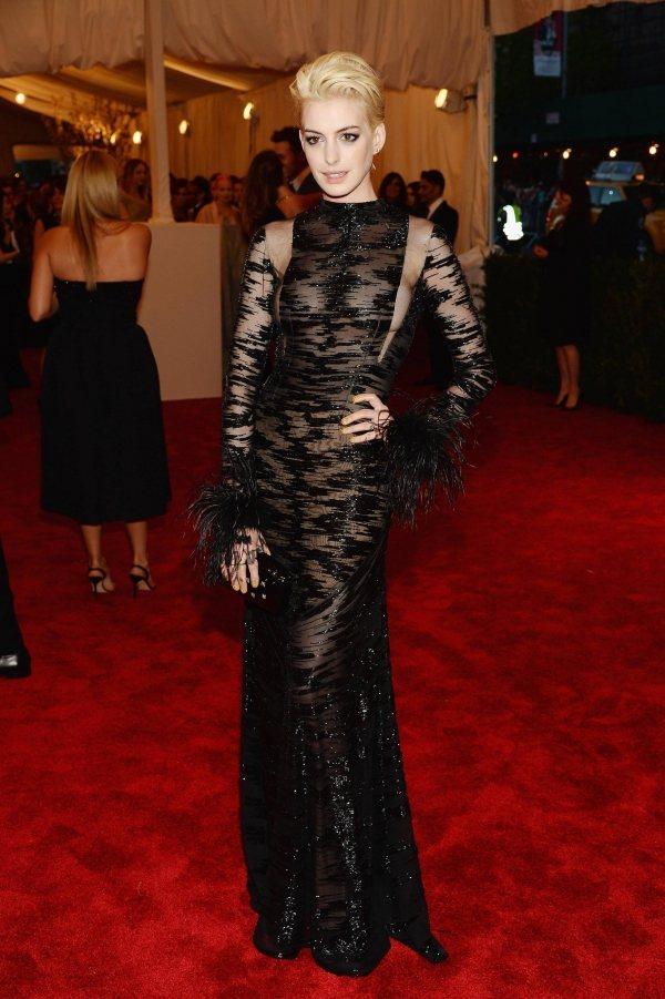 今年 Met Gala 紐約大都會美術館活動,女星安海瑟薇也是以一襲黑色薄紗透視...