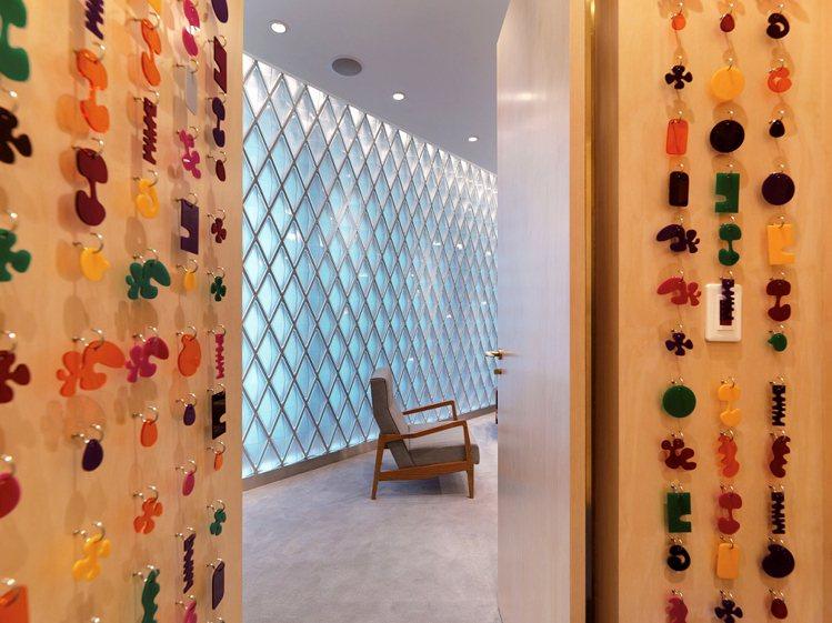 更衣室是另一種截然不同的樣貌,明亮鮮明的彩色有機飾品裝飾出可愛俏皮的童趣。圖/S...