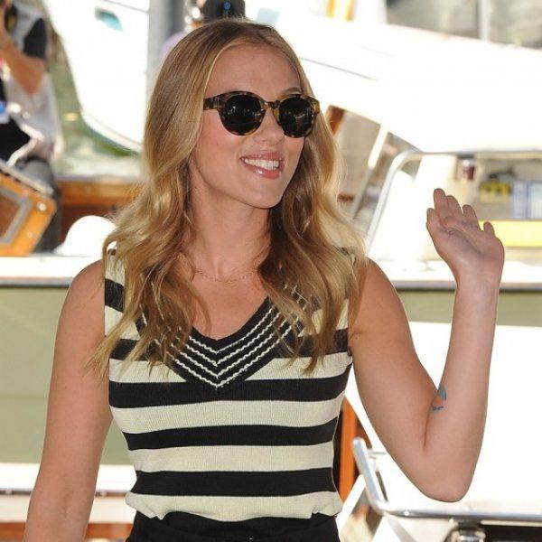 女星史嘉莉喬韓森戴上低調但高貴的豹紋墨鏡讓單調的黑白條紋褲裝馬上加分,一出場就展...