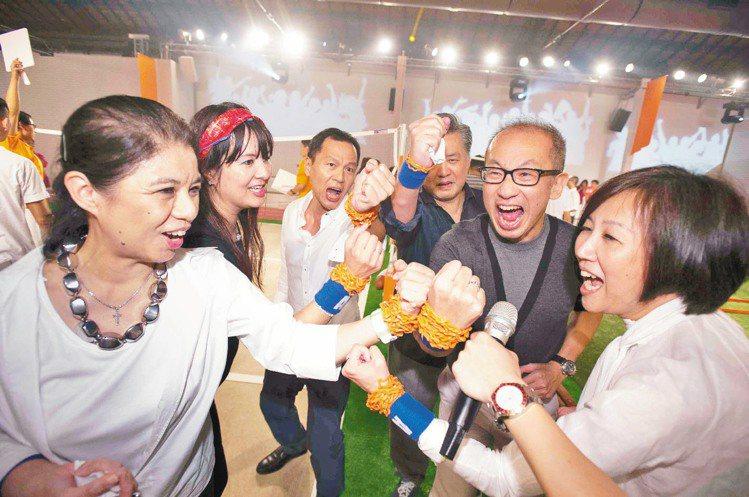 VIP玩到不願形象,斯文的晶華酒店董事長潘思亮(右一)厲聲嘶喊。圖/HERMES...