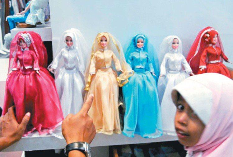 西方國家的小女生喜歡芭比娃娃,但在印尼等穆斯林國家裡,穿著長袍、戴著頭巾的「芙拉...