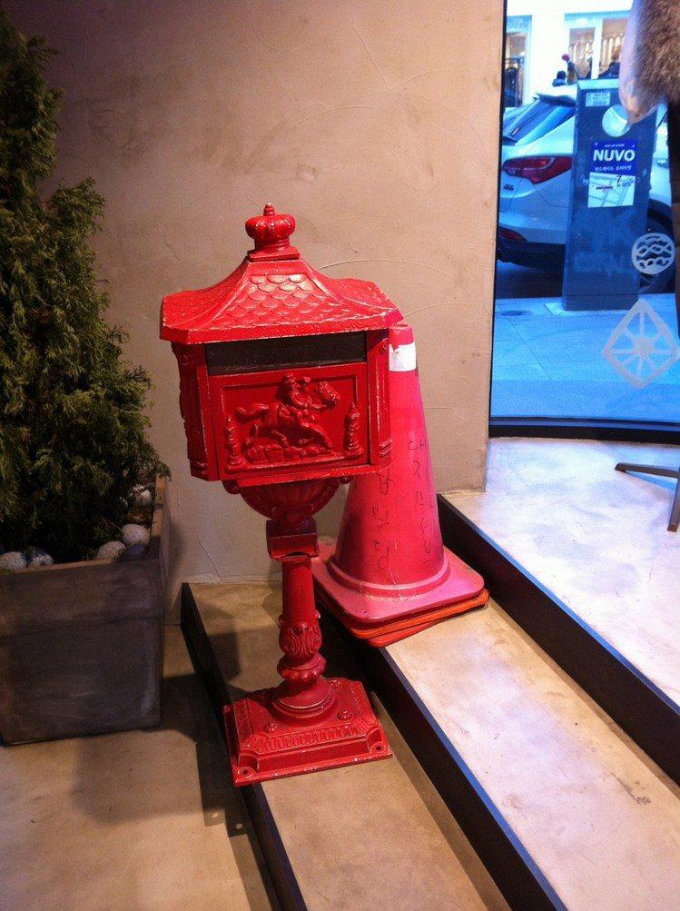 一走進店內,就看到鮮紅色的復古郵筒,好有趣!圖/時報出版提供