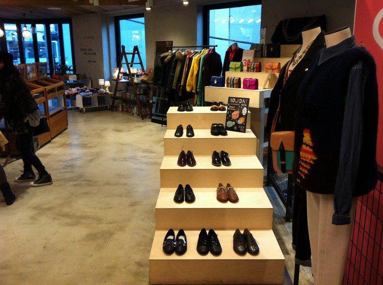 2F鞋區雖然寬敞,但我要試穿鞋子時竟然找不到椅子,不過歐膩立刻親切地從櫃檯拿出一...