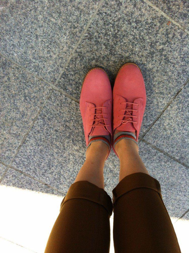 美國百年品牌BASS鞋穿起來很舒服,穿褲子或裙子都很好搭。圖/時報出版提供
