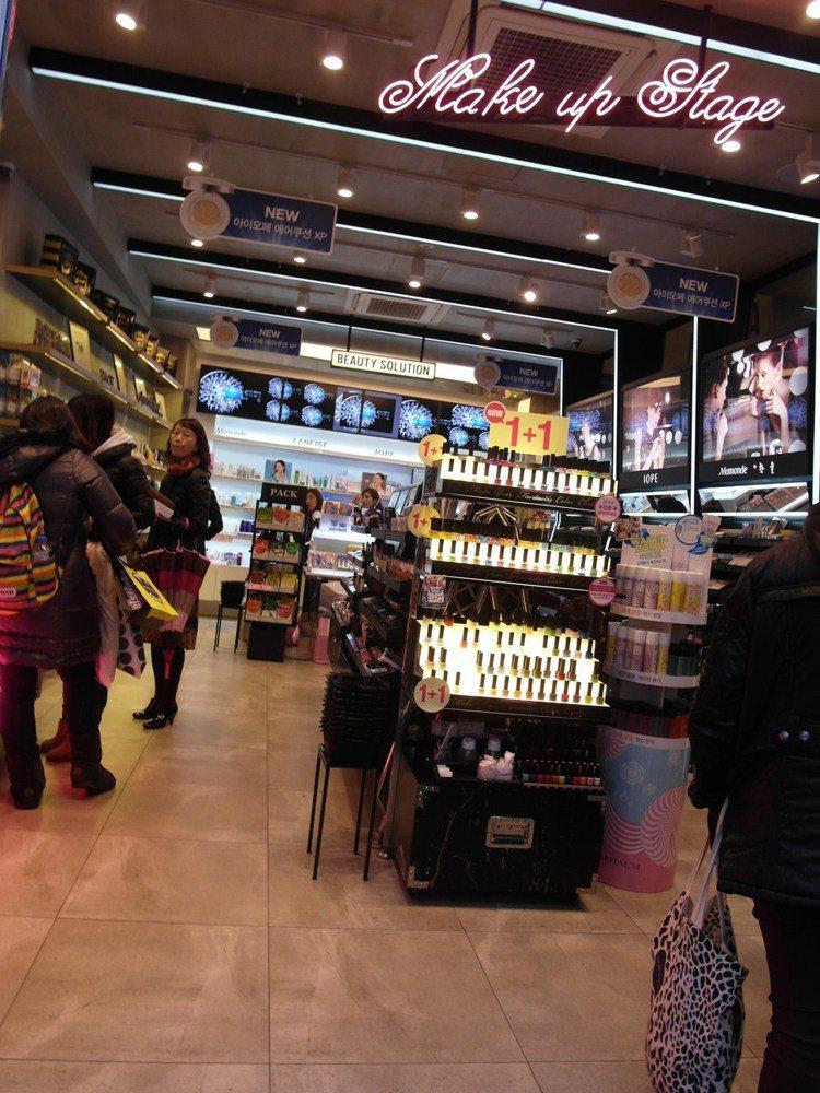 雖然是複合式美妝店,但是店面裝潢跟專賣店一樣漂亮,一點都不馬虎。圖/時報出版提供