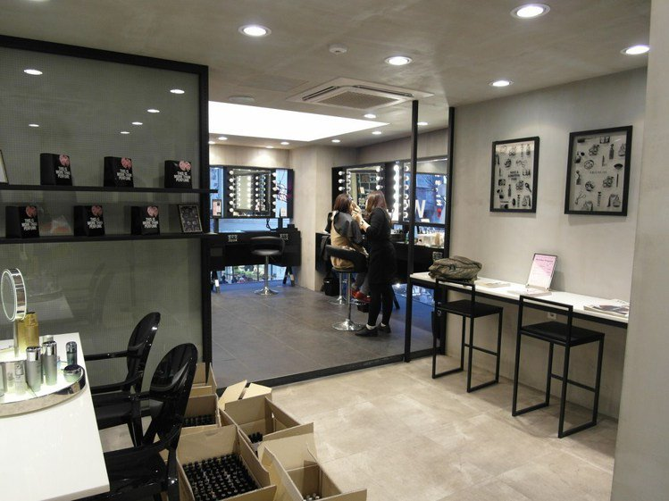 二樓專門提供彩妝、做指甲服務,空間隱密,不怕化妝時被打擾。圖/時報出版提供