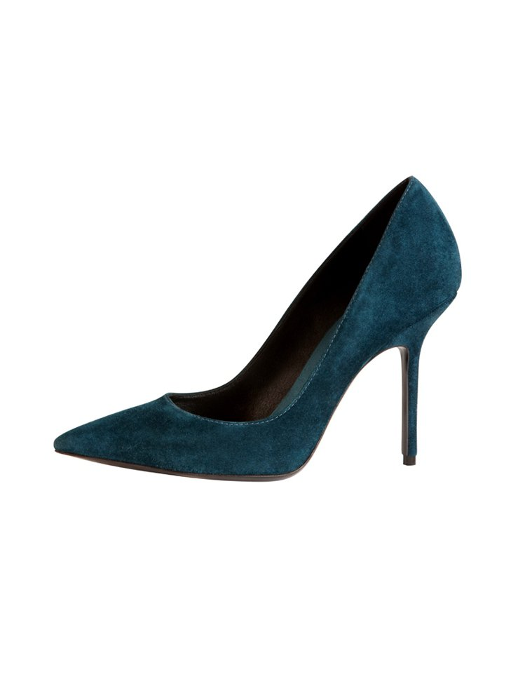 藍綠色麂皮高跟鞋也俐落有型。圖/BURBERRY 提供