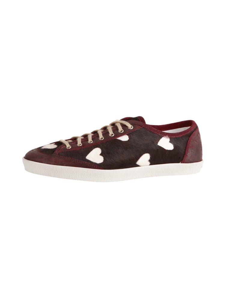 很受歡迎的愛心印花圖騰也延伸到休閒球鞋、楔形鞋。圖/BURBERRY 提供