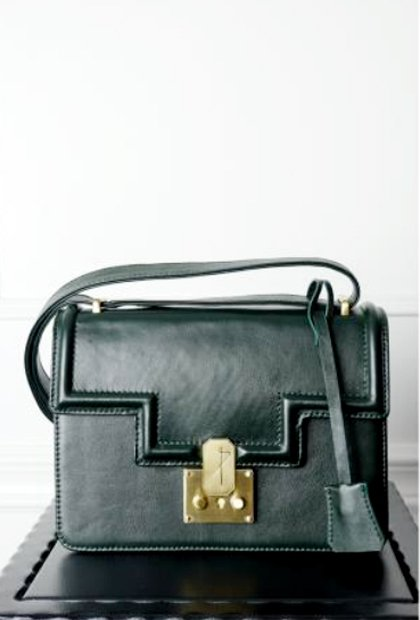 暗鬆綠的 HANNE BAG 同樣配有金色品牌logo釦飾,在沉穩中性風格中增添...