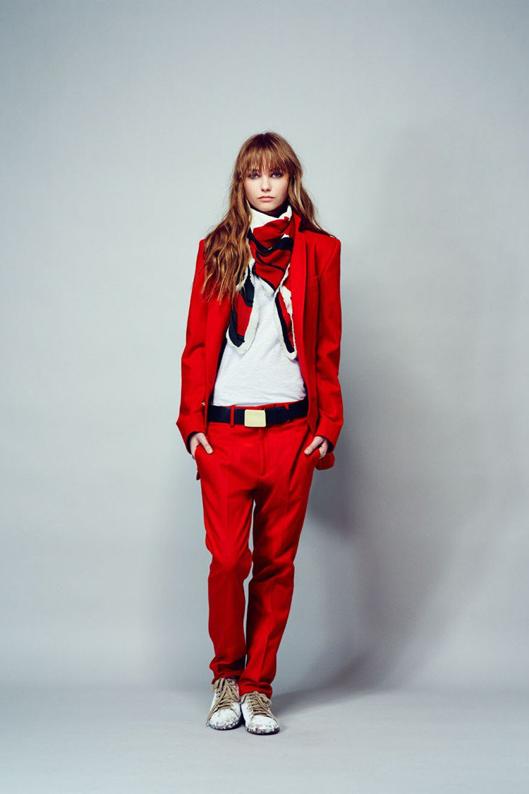 法國品牌 LAURENCE DOLIGE 秋冬的紅色西裝帶來一股中性的魅惑質感,...