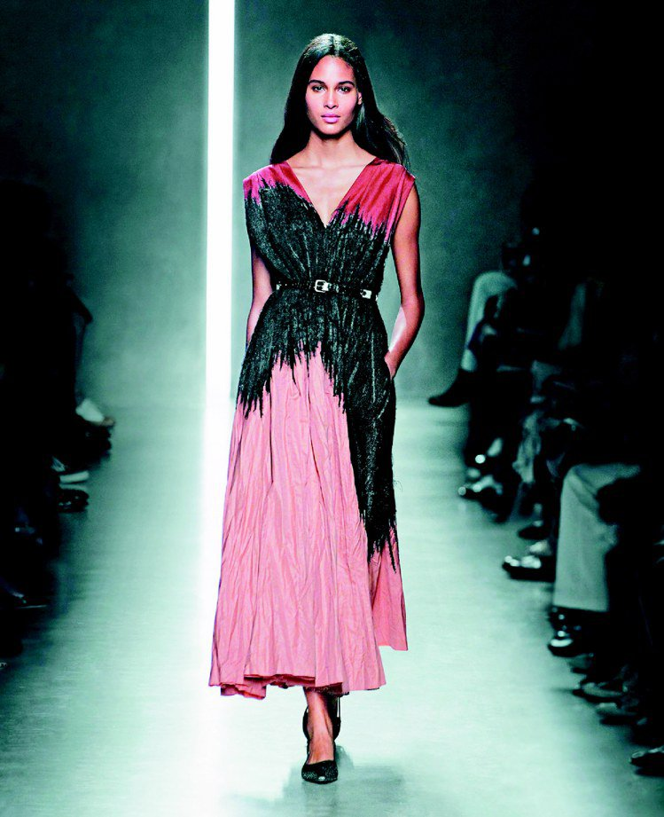 BOTTEGA VENETA春夏女裝以異材質相互結合,特殊烏干紗硬挺又好看。圖/...