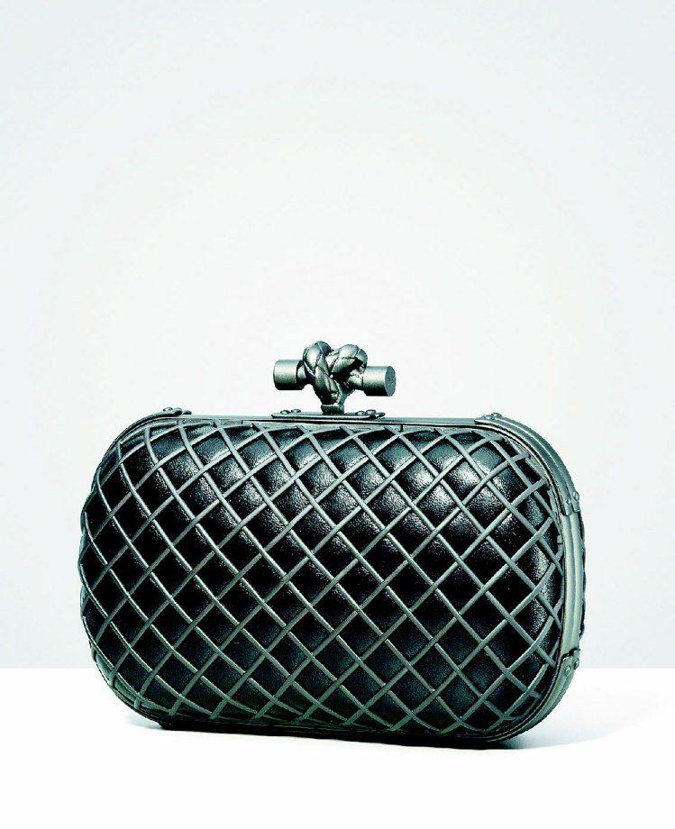 新款Knot手拿包,外層以金屬打造內襯皮革。圖/BV提供