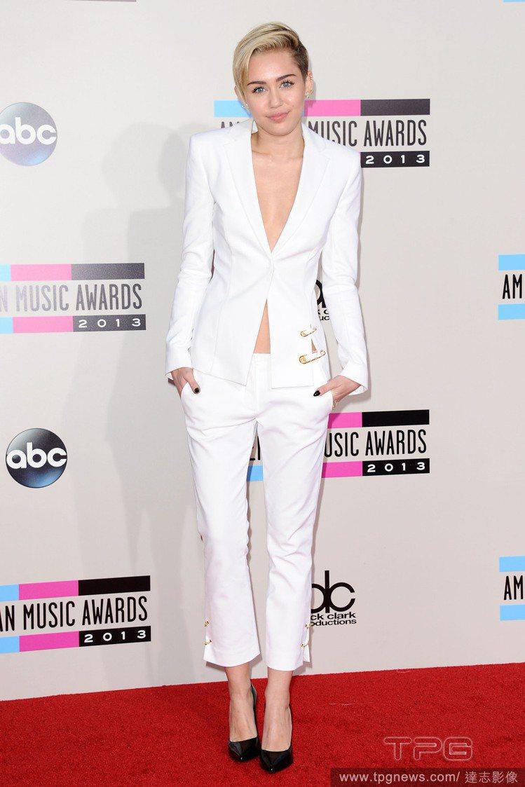 麥莉的白西裝內裡「空蕩蕩」,展現中性風的性感。圖/達志影像