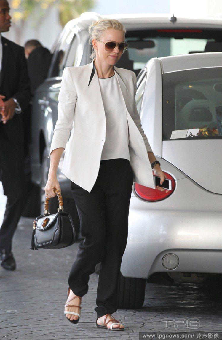 娜歐蜜華茲的白西裝袖口與衣擺不規則剪裁搭領口的黑色皮革元素超有個性。圖/達志影像