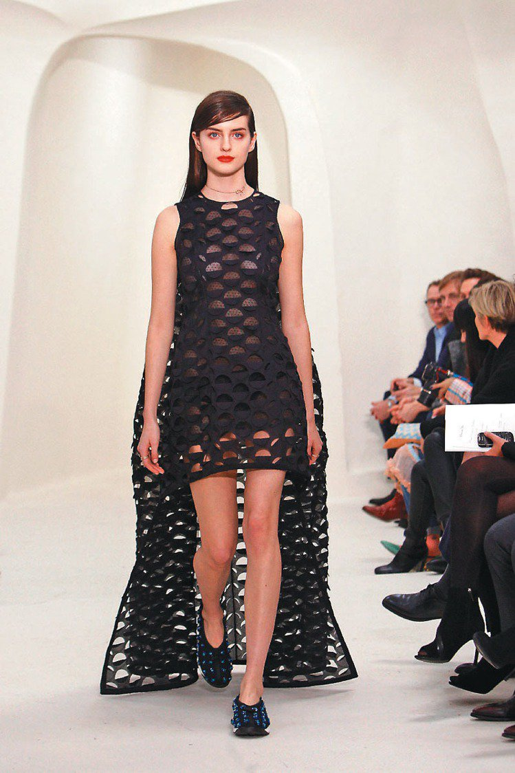 Dior春夏高級訂製服前短後長如拉起的裙擺。圖/美聯社
