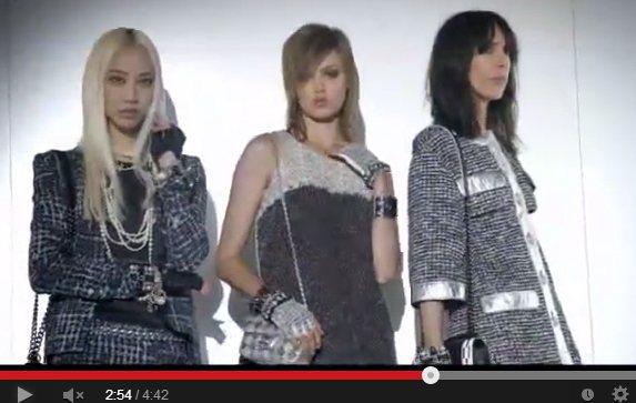 Chanel 2014 春夏廣告端出一座「時尚機器」,模特兒只要進入機器就能換上...
