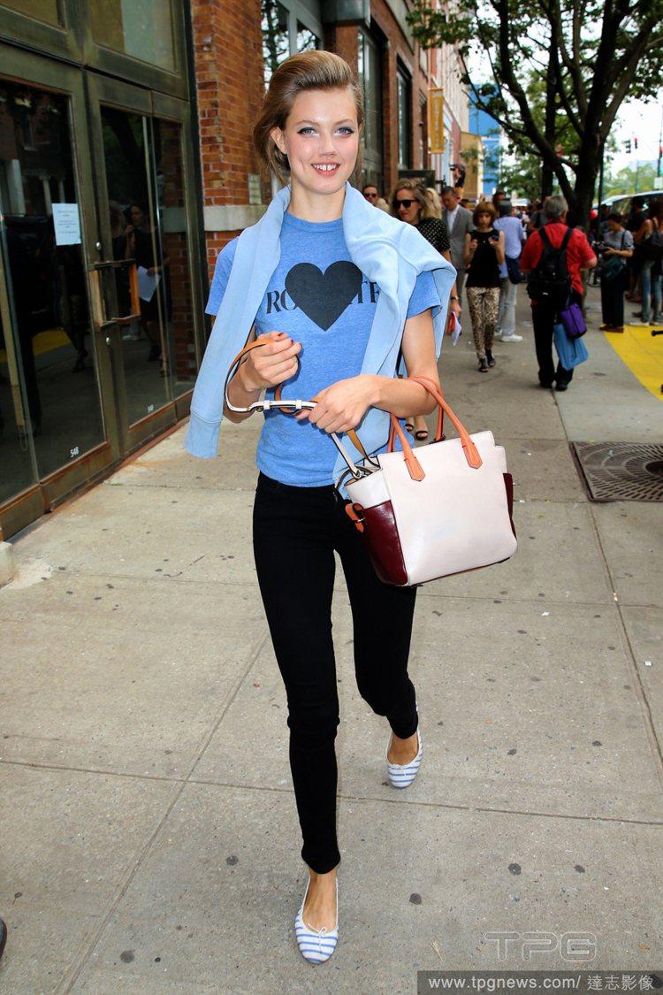 牙縫超模 Lindsey Wixson參與Chanel「時尚機器」演出。圖/達志...